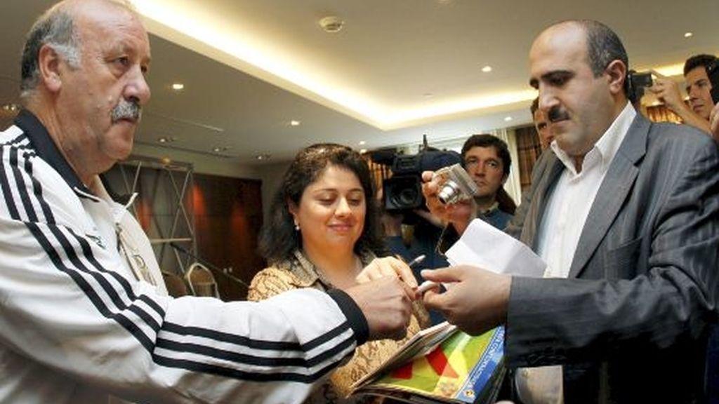 Del Bosque firma un autógrafo en el hotel de concentración de la selección en Bakú. FOTO: EFE.