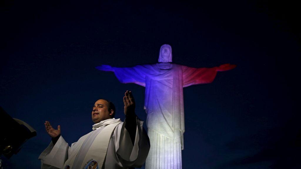 El Cristo Redentor iluminado con los colores oficiales de Francia