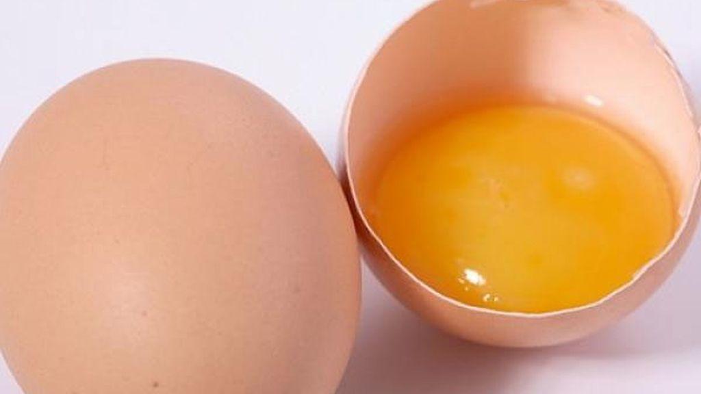 Un joven muere por comer huevos crudos