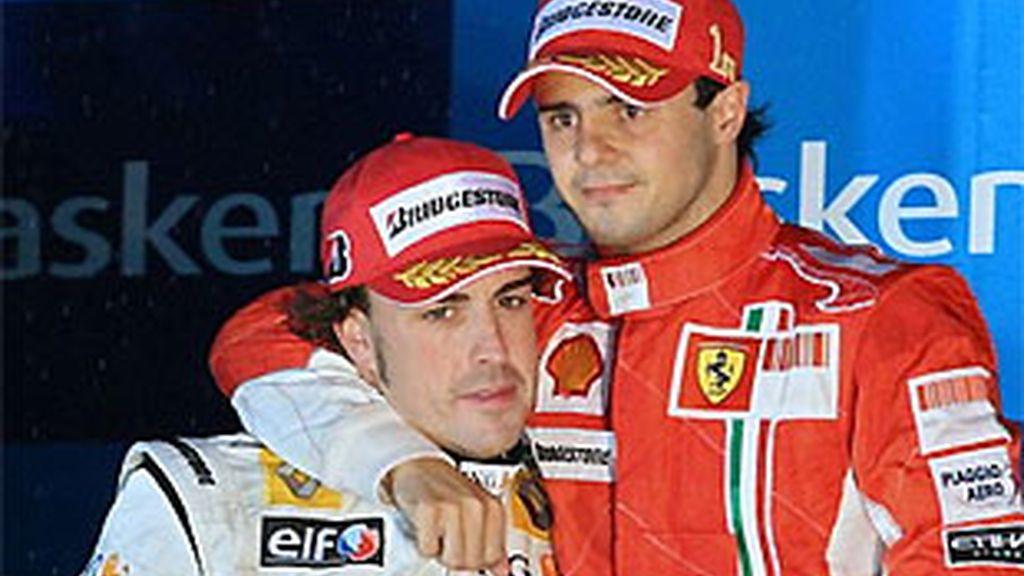 Alonso y Massa, en el podio de Interlagos. Serían pareja deportiva en 2011 de confirmarse la noticia de 'La Gazzetta'. FOTO: Archivo.