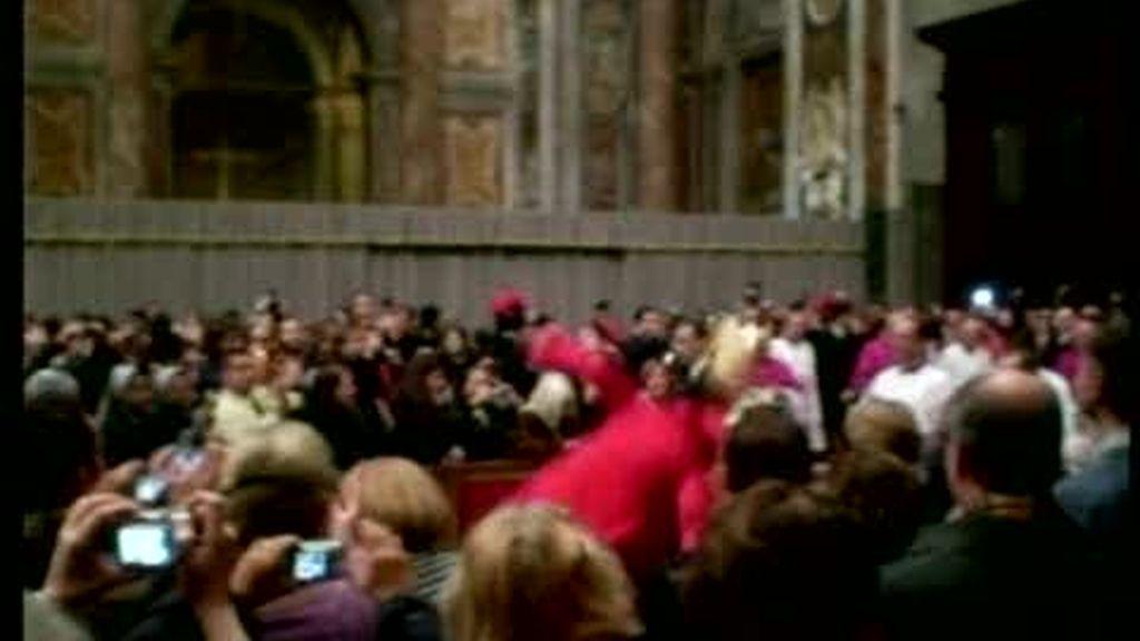 La caída del Papa en la Misa del Gallo