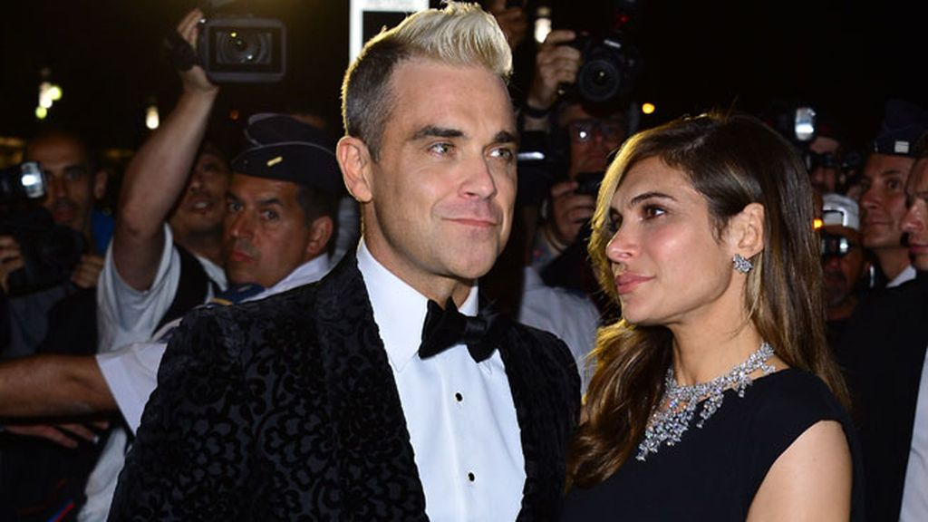 Robbie Williams se decantó por parajarita y traje estampado
