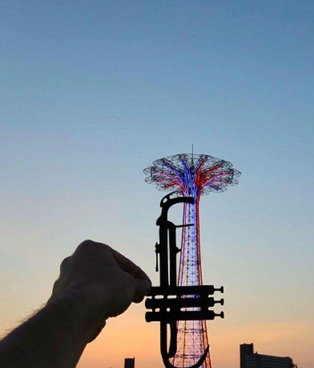 """La conocida como """"La Torre Eiffel de Brooklyn"""" convertida en una trompeta"""