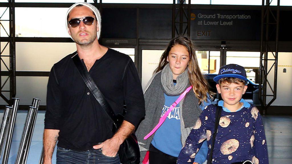 Jude Law regresa de unas fantásticas vacaciones en Hawai con sus hijos Iris y Rudy