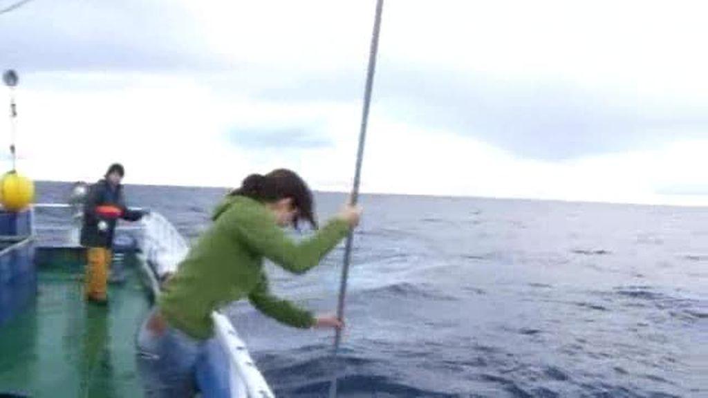 21 días trabajando en el mar: Toda una profesional del gancho