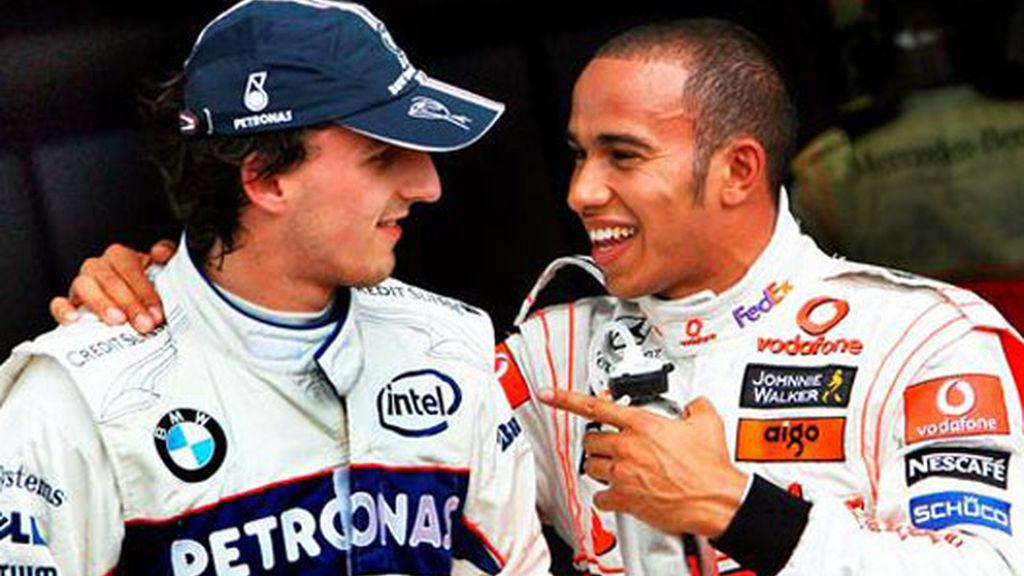 Lewis Hamilton (dcha), conversa con el polaco de BMW Sauber Robert Kubica