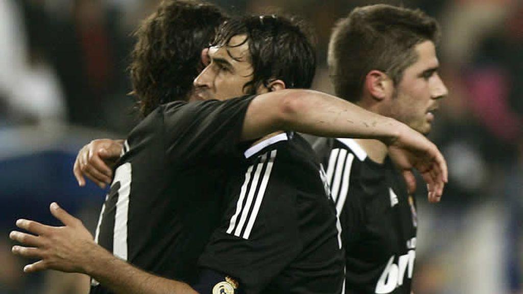 Higuain se abraza con Raúl tras marcar