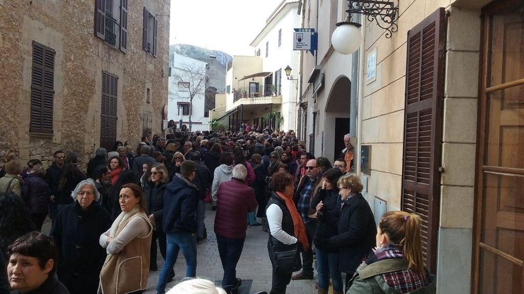 Multitudinario minuto de silencio por la joven asesinada por su pareja en Mallorca