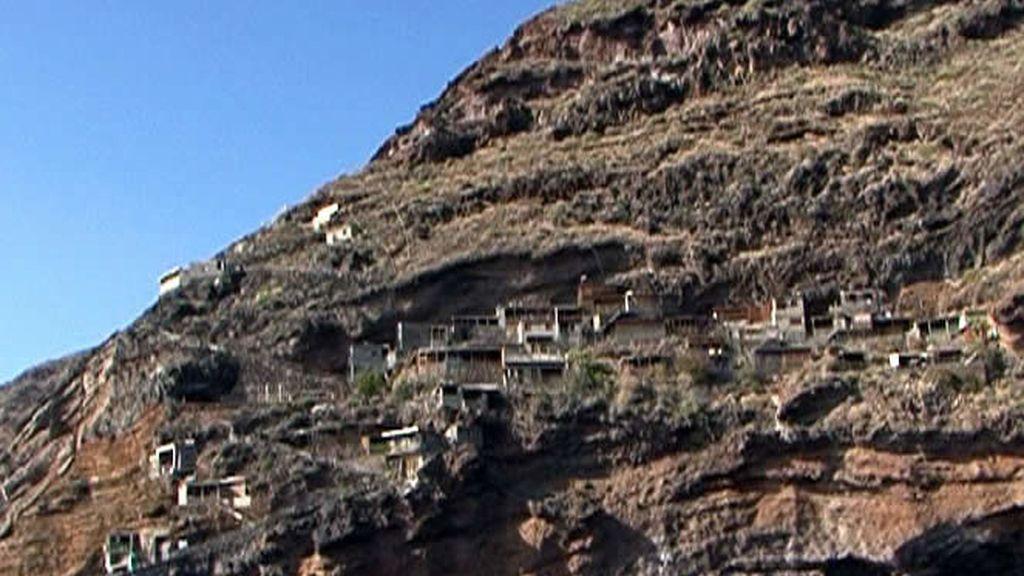 Se pueden ver cuevas en toda la montaña