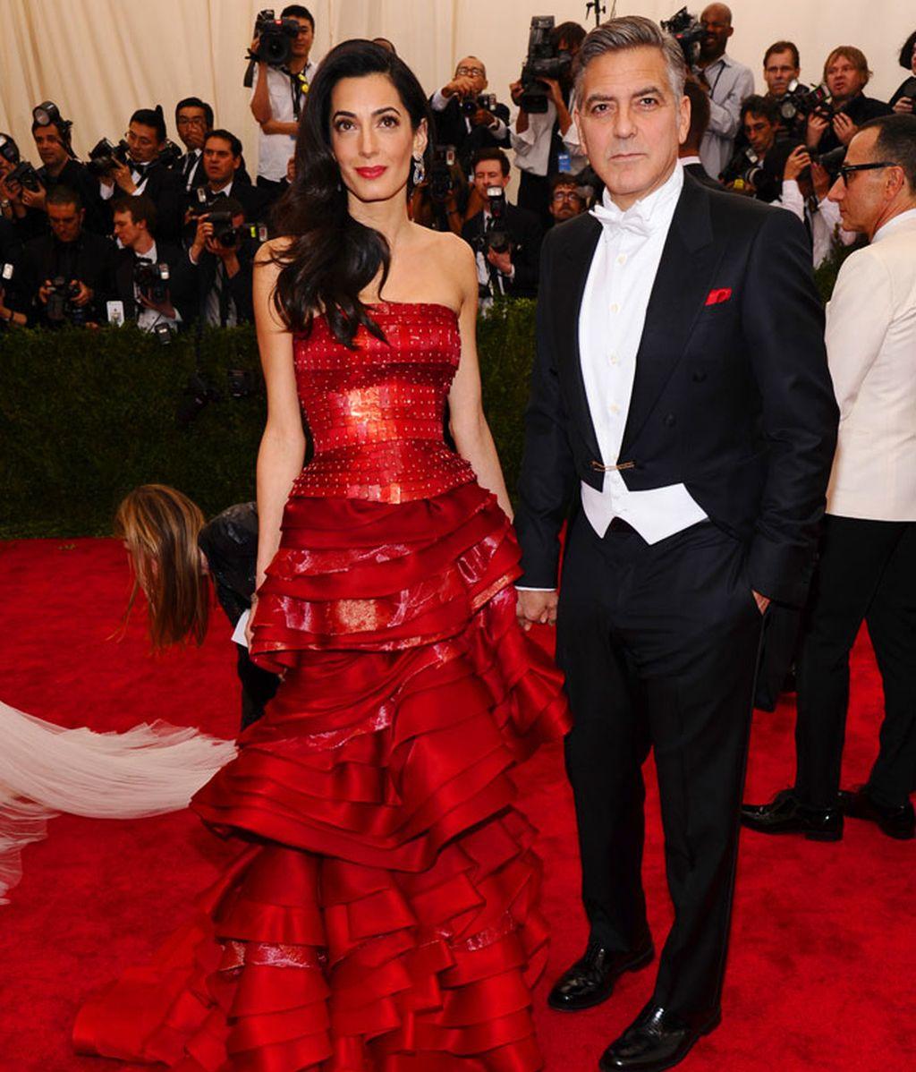 Amal vestida de Maison Margierla junto a George Clooney