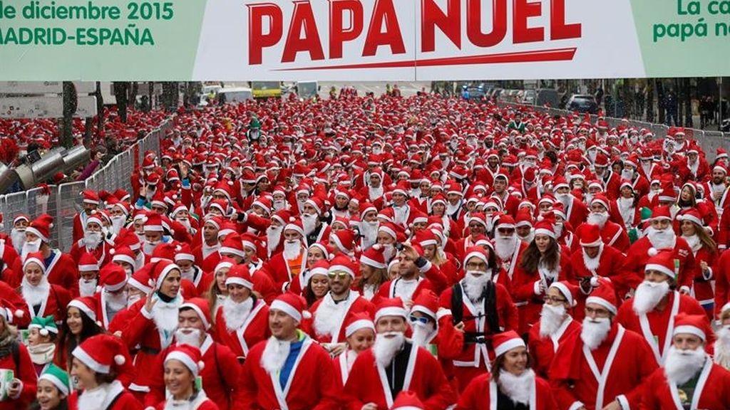 Cerca de 10.000 Papá Noeles llenan las calles de Madrid en la IV Carrera de Papá Noel