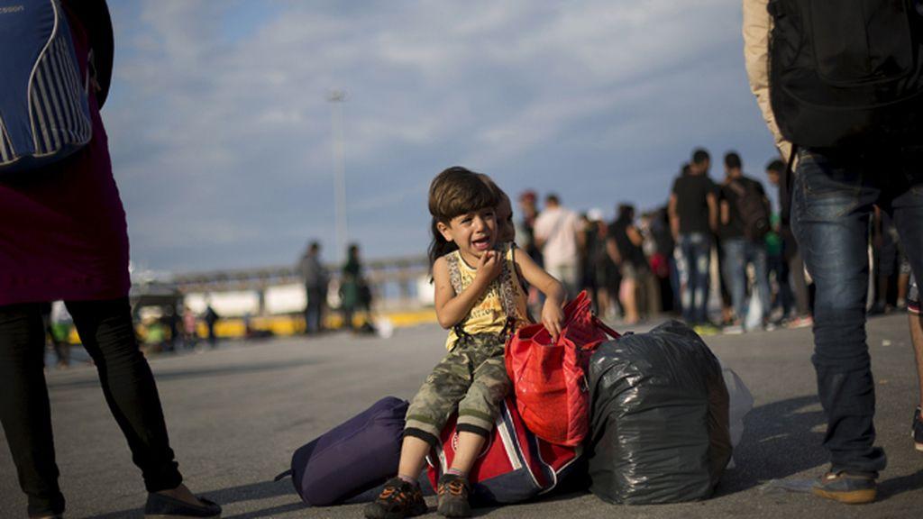 Un niño refugiado sirio llora a su llegada a Grecia