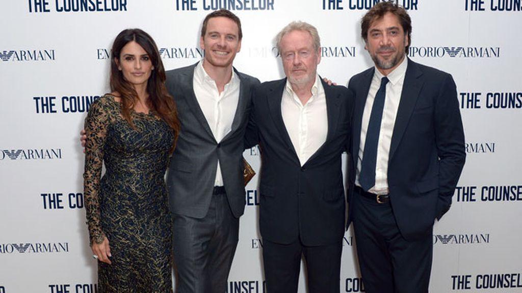 La pareja posó junto al director de la película, Ridley Scott, y junto al actor Michael Fassbender