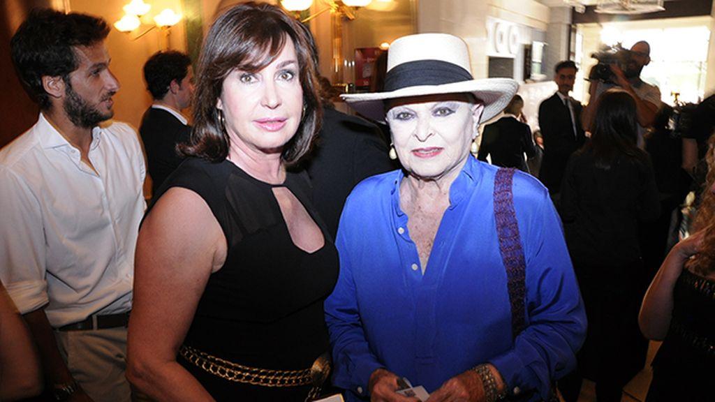 Carmen Martínez-Bordiú y Lucía Bosé compartiendo confidencias antes del concierto