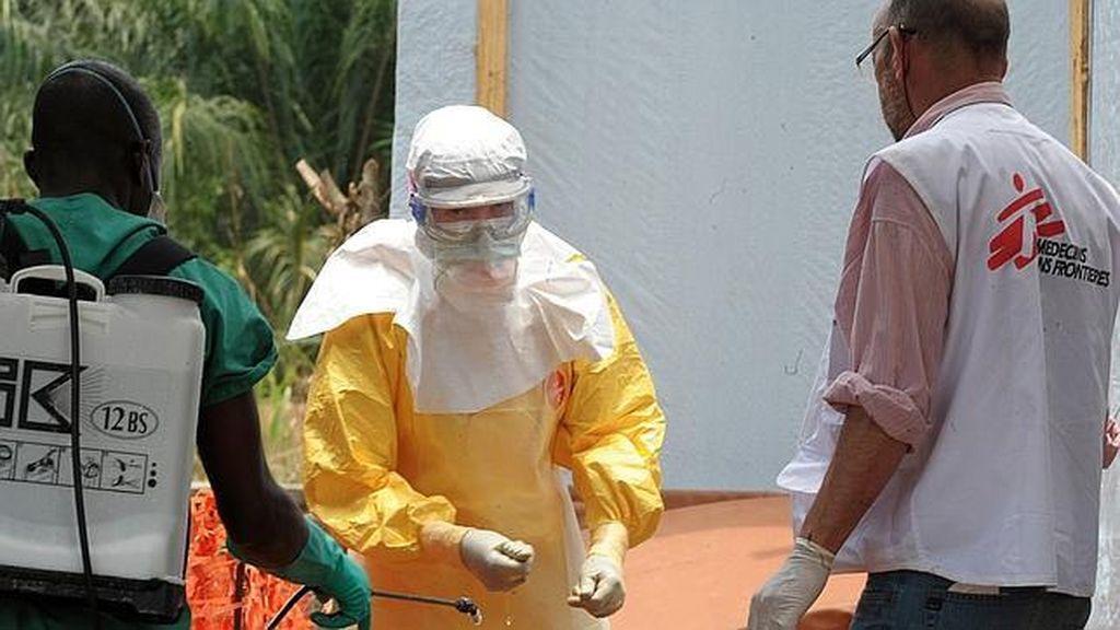 Miembros de Médicos sin Fronteras trabajan luchando contra el ébola