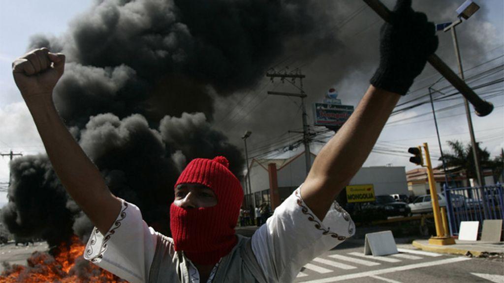 Un hondureño protesta contra el golpe militar