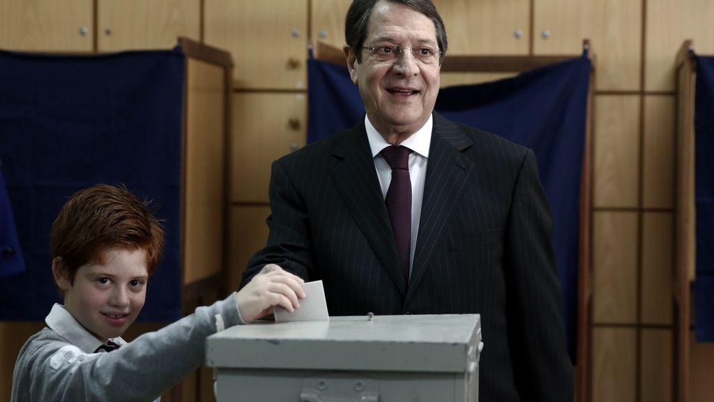Nicos Anastasiades ejerciendo su derecho al voto
