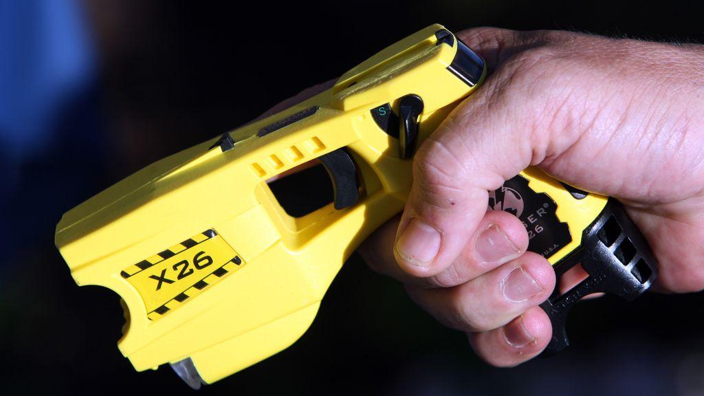 Un policía municipal francés usa una pistola taser