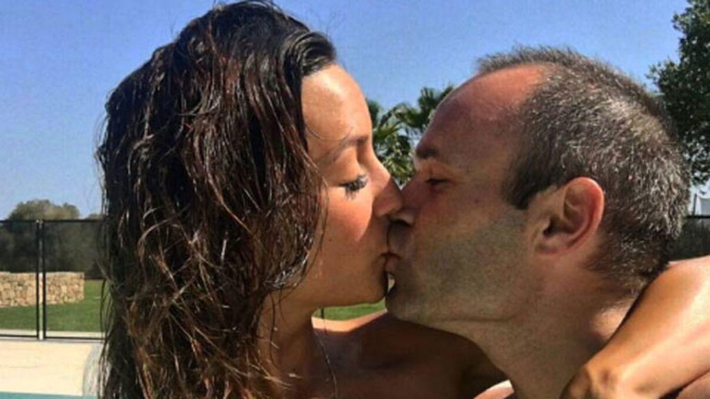 """Ha habido besazo piscinero: """"#Lavidaesbella, A&A"""", ha escrito Anna"""