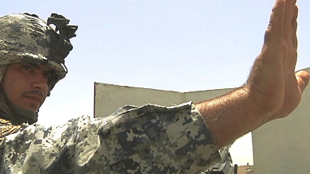 Un militar irakí da el alto en un control