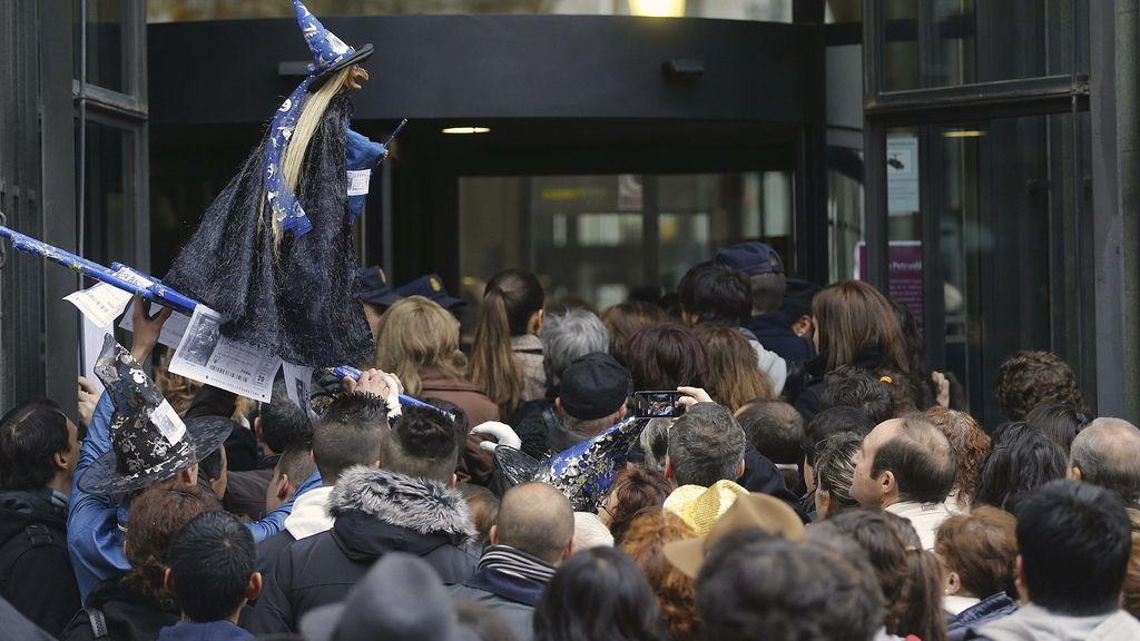 Disturbios a la entrada del Teatro Real antes del comienzo de la Lotería de Navidad