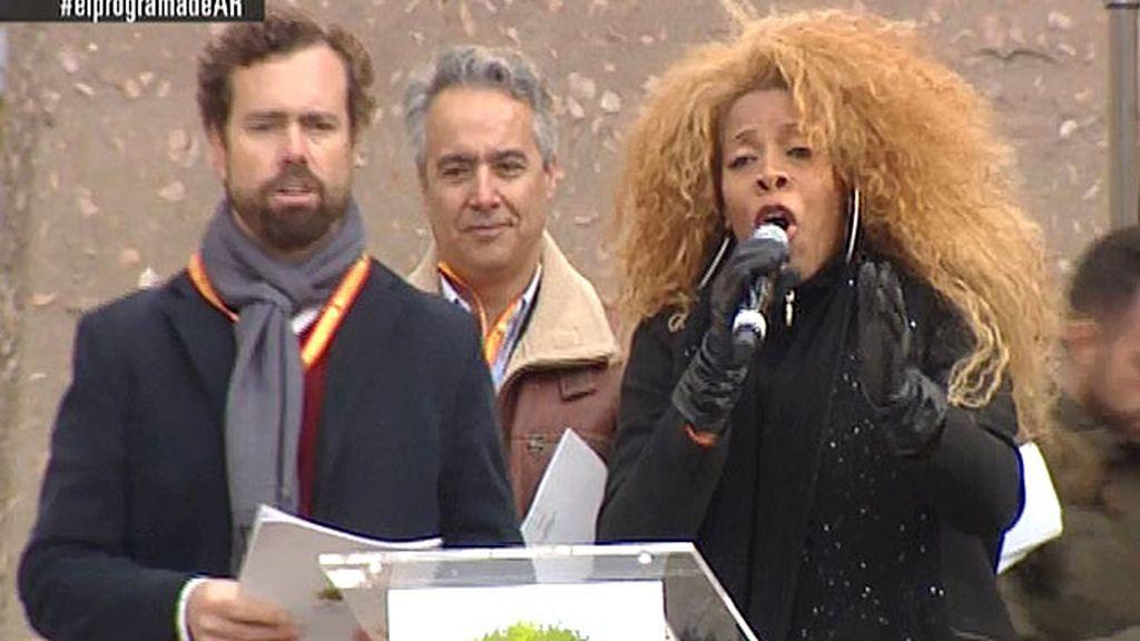 Recién expulsada de 'La Voz', Yanela cantó el himno con la letra de Jon Juriaristi