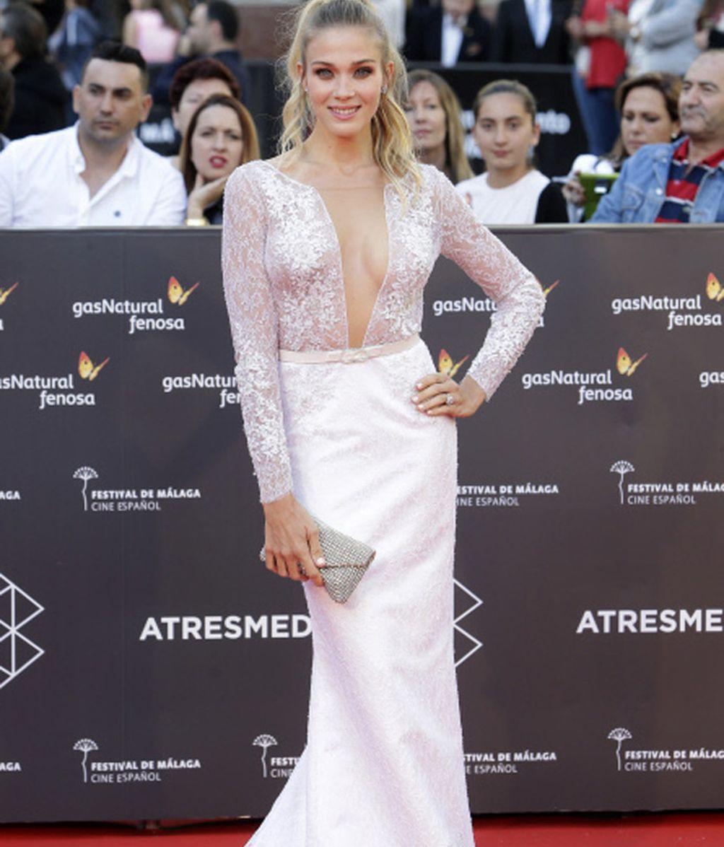 La actriz Patricia Montero de blanco en la alfombra roja
