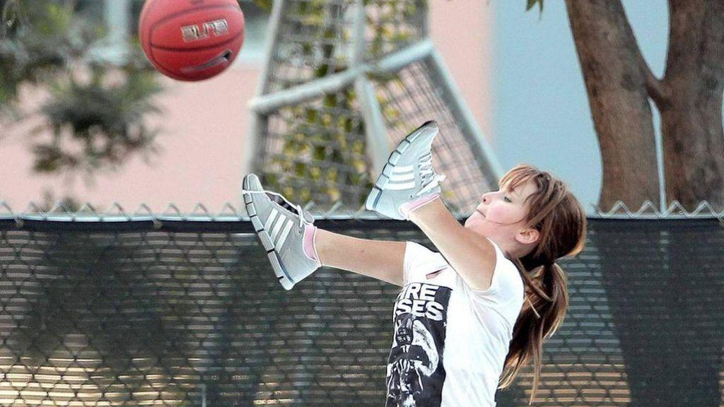 La actriz fue fotografiada mientras intentaba encestar la pelota