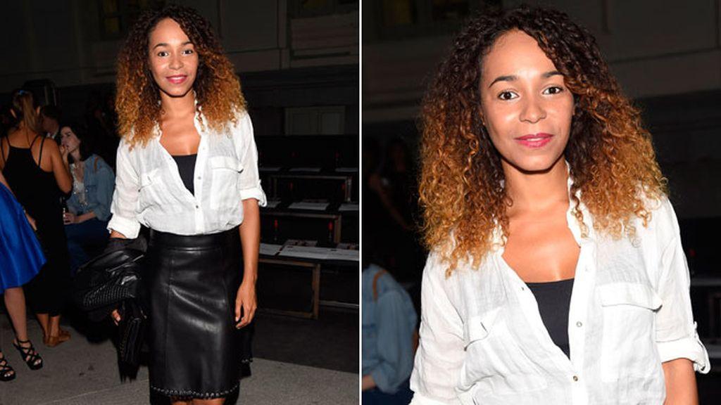 Montse Plá combinó el cuero negro con camisa informal blanca