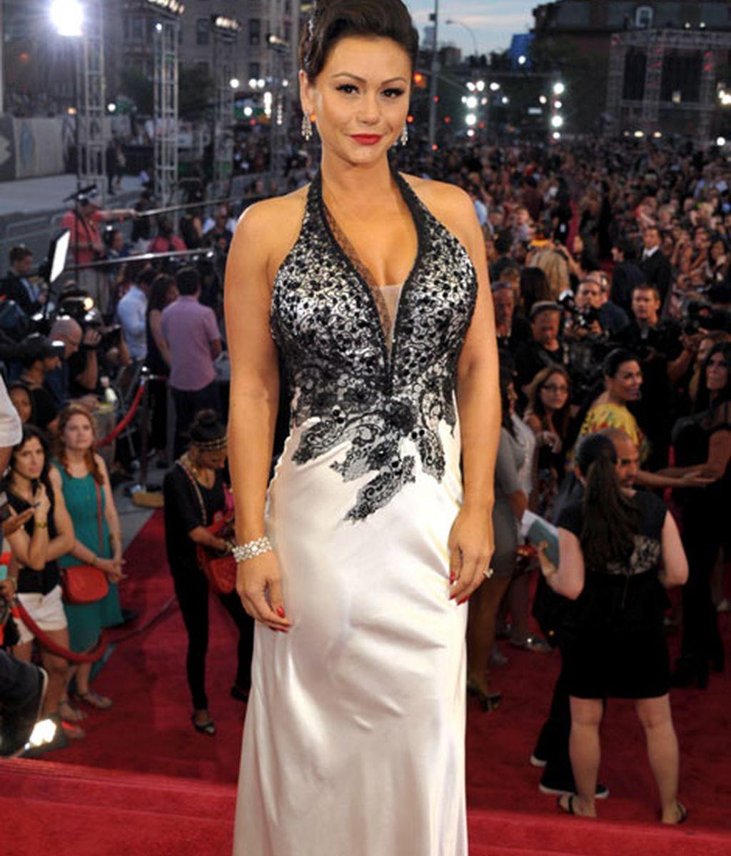 JWoow llevó un vestido blanco con detalles negros en el pecho