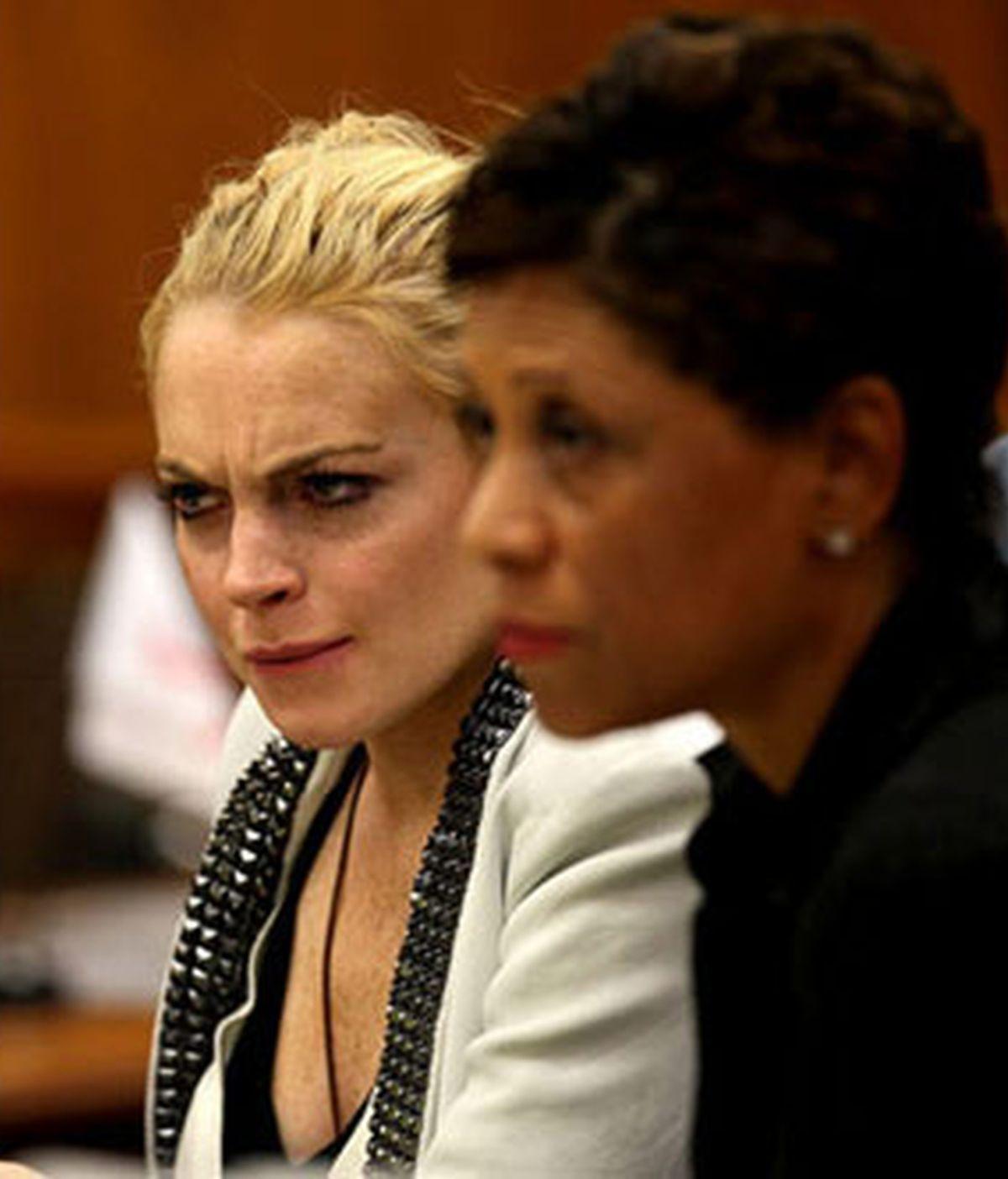 Lindsay Lohan acudió al juzgado para revisar su situación después de darse a conocer que no había completado un programa de desintoxicación impuesto por la jueza. Foto: Celebuzz.