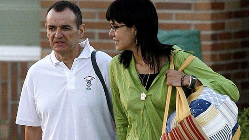 De Juana acompañado de su pareja abandona la prisión este sábado. Foto:EFE