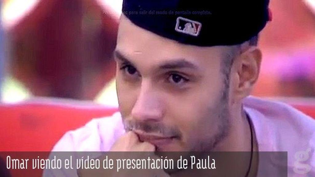 Omar viendo el vídeo de presentación de Paula