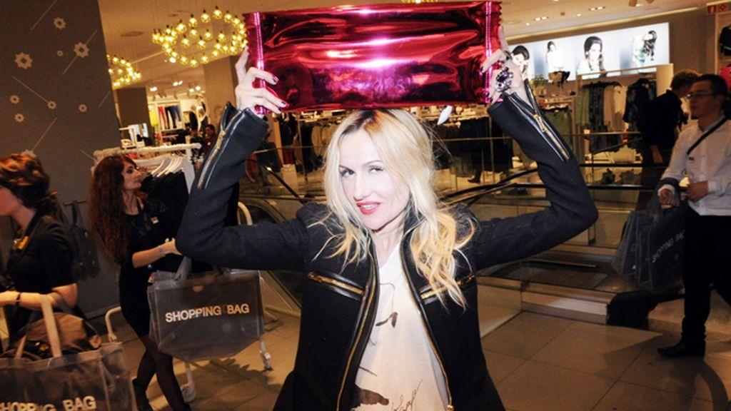 Clara Courel quiso homenajear al ya mítico anuncio de Loewe posando con el bolso en la cabeza