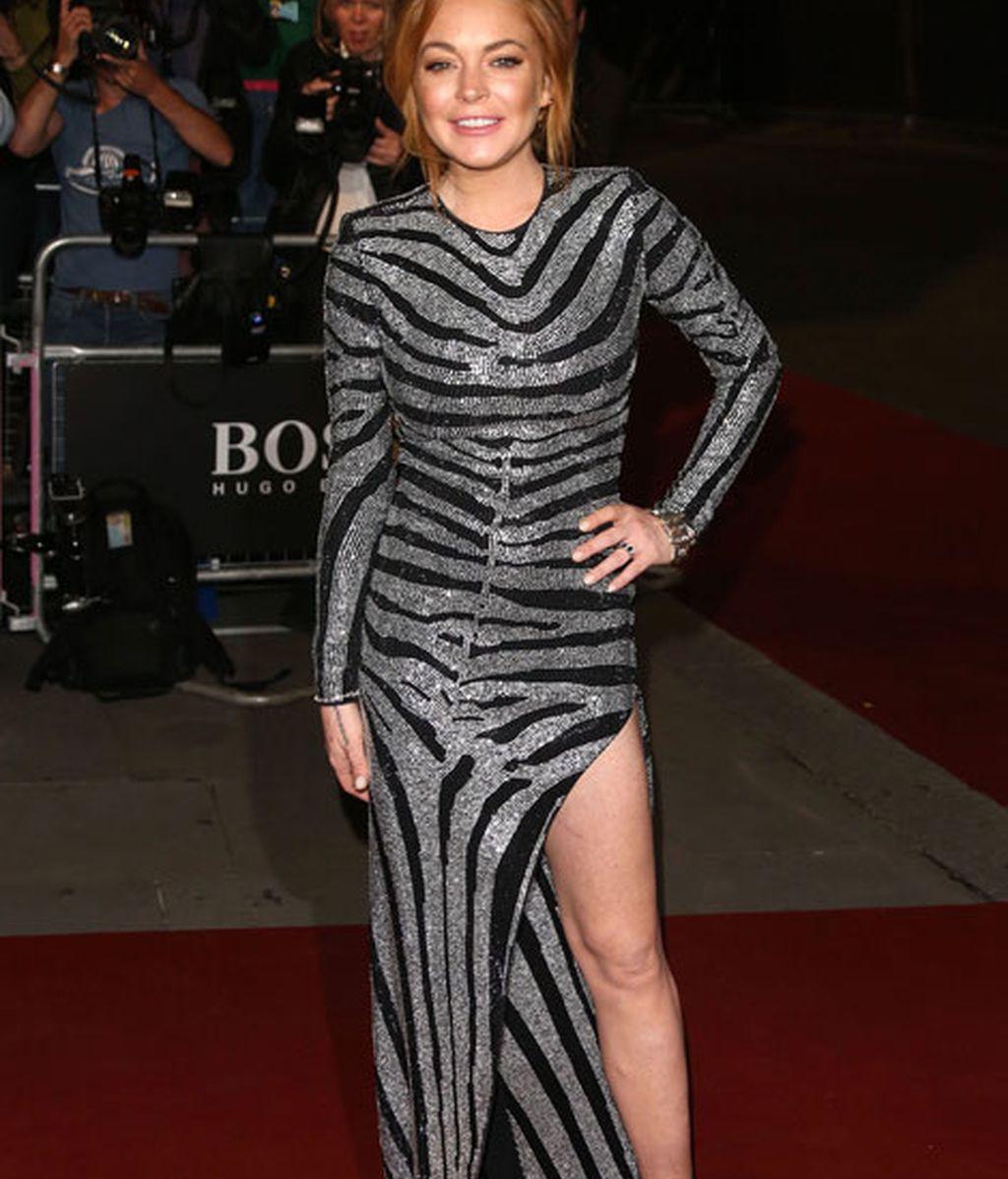 Lindsay Lohan con vestido platedo de print de cebra y abertura en la pierna