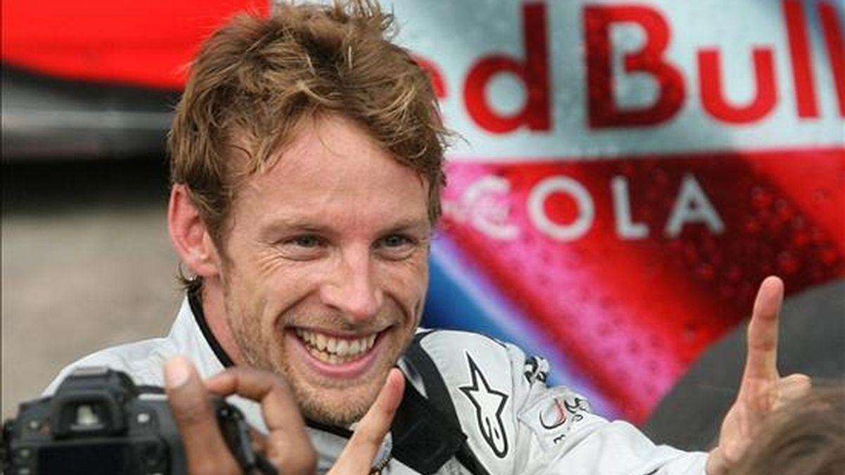 El piloto británico Jenson Button de la escudería Brawn GP sonríe tras consagrarse campeón mundial de la temporada 2009 de Fórmula Uno tras el Gran Premio de Brasil llevado a cabo en el autódromo de Interlagos en la ciudad de Sao Paulo (Brasil). EFE