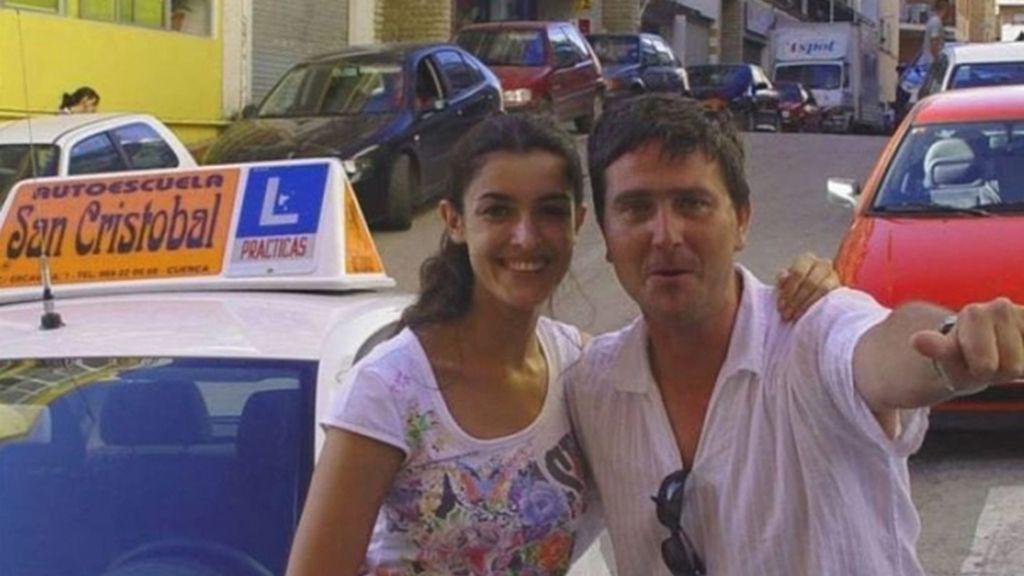 Blanca Romero con su profesor de autoescuela conquense