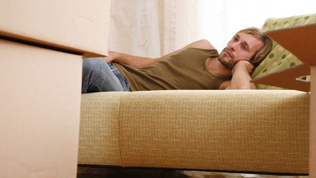 Hombre recostado en un sofá
