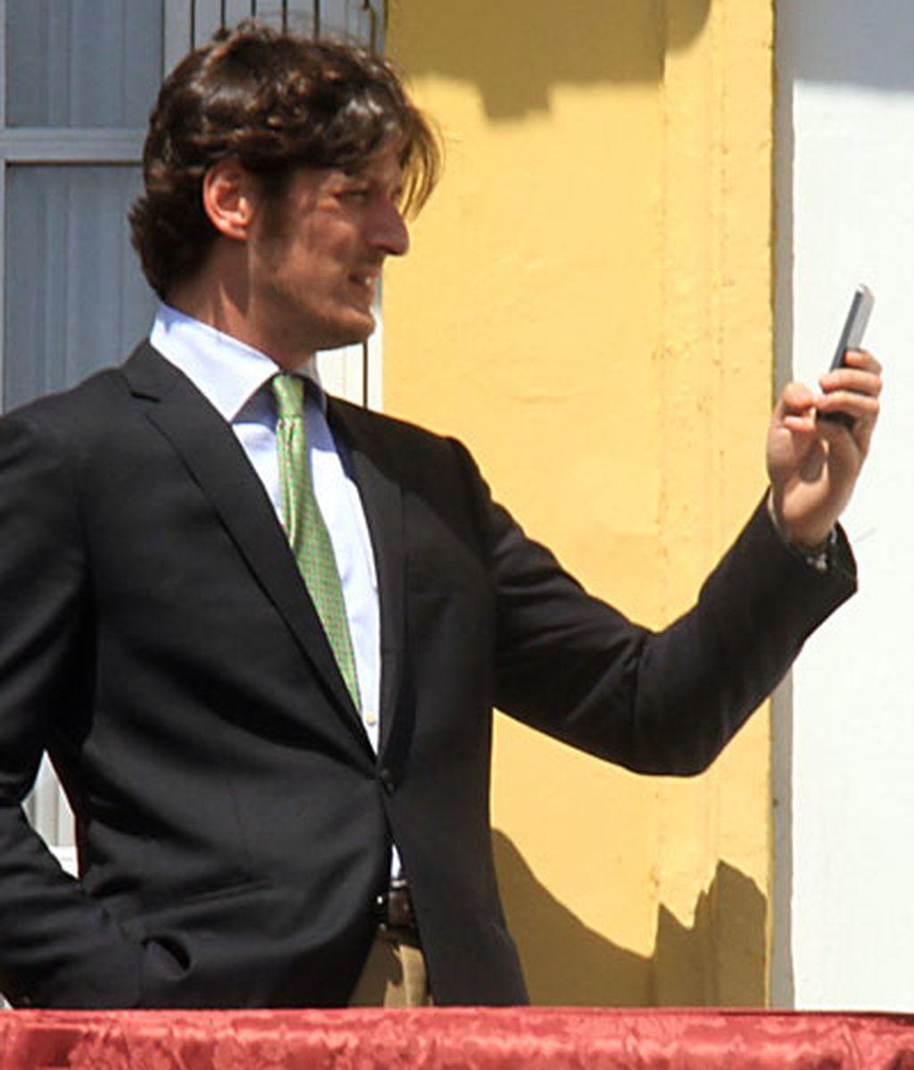 El selfie de Luis Medina con los pasos de fondo