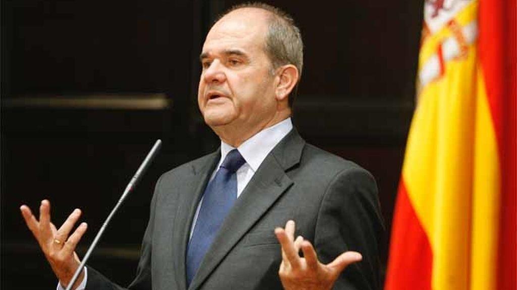 El vicepresidente tercero del Gobierno y ministro de Política Territorial, Manuel Chaves, se dirige a los medios de comunicación durante una conferencia de prensa en Valencia