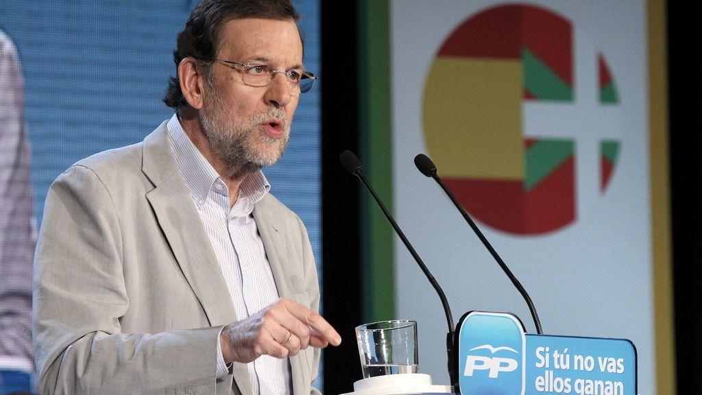 El presidente del Gobierno, Mariano Rajoy, durante su intervención en en un acto de campaña para respaldar al candidato del PP a lehendakari, Antonio Basagoiti, en el Teatro Campos de Bilbao, de cara a las elecciones del próximo 21 de octubre. Foto: EFE