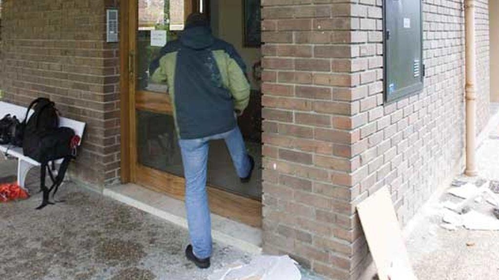 Un vecino de Zarautz entrando en su portal tras el atentado