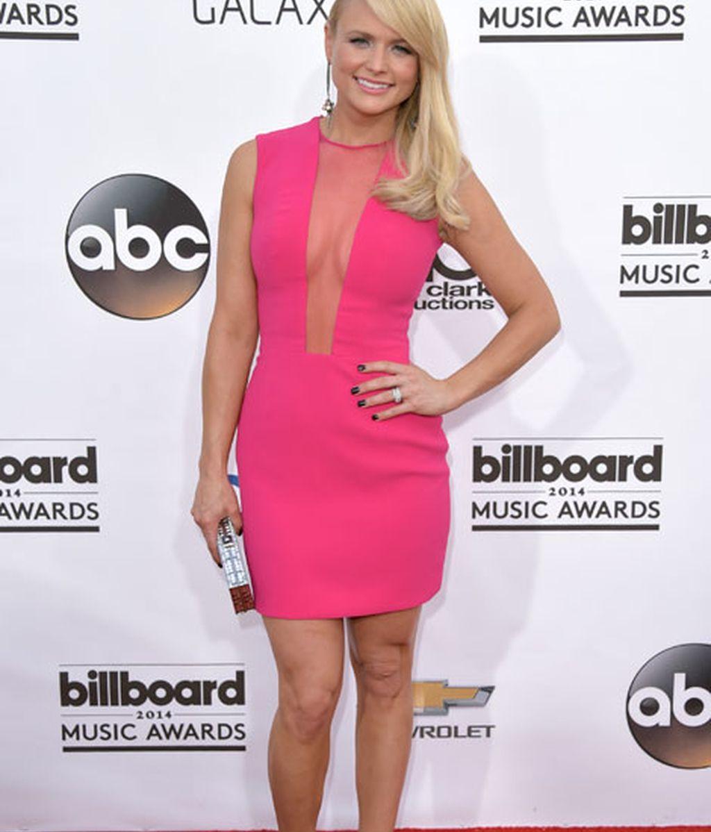 Miranda Lambert con un poco favorecedor vestido rosa