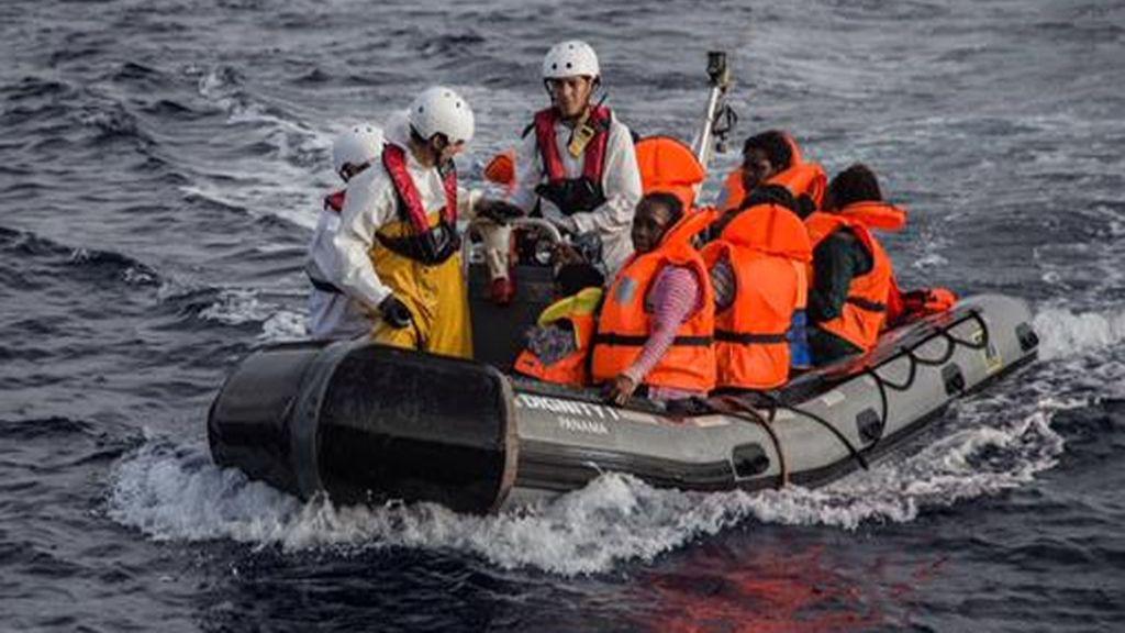MSF rescata a 120 personas de una lancha infable en el Mediterráneo