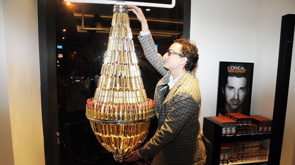Josie tomó medidas a esta lámpara de pintalabios para ver si puede ponerla es su salón