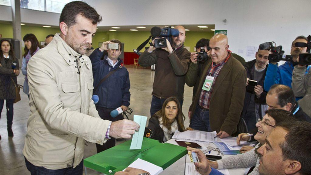 Antonio Maíllo vota en Aracena, Huelva