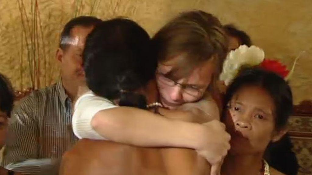 Sonia de funde en un abrazo con los Mentawai
