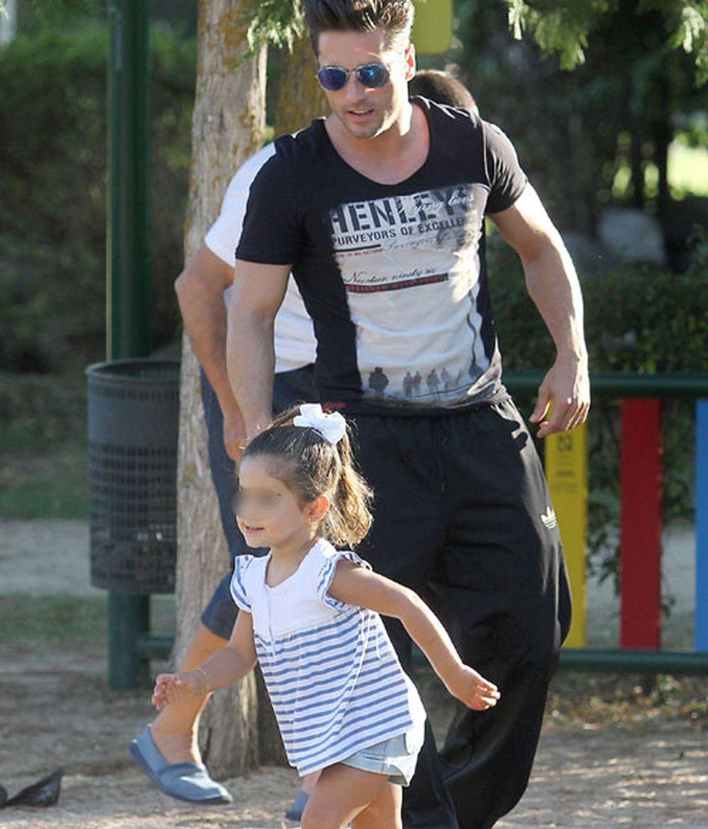 Papá Bustamante se divierte con Daniella en los columpios