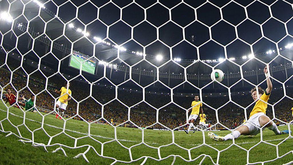 David Luiz evitó bajo palos el gol de España a tiro de Pedro