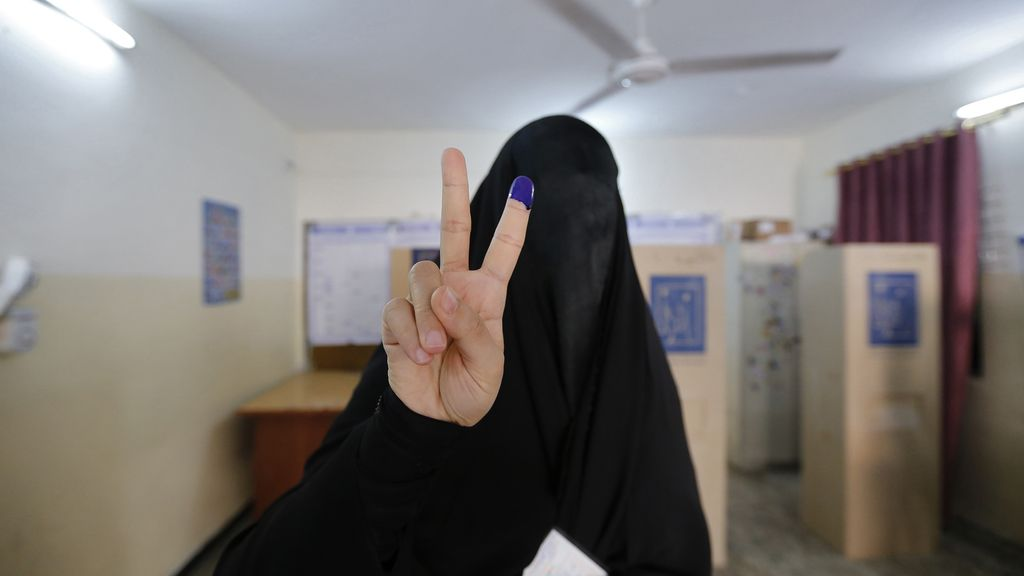 Una iraquí acude a votar
